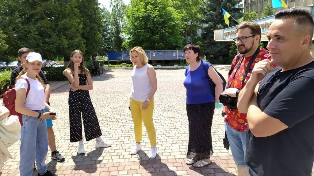 Галина Шумицька, Ядвіга Балога, Віталій Завадяк та Євген Соломін зі школярами