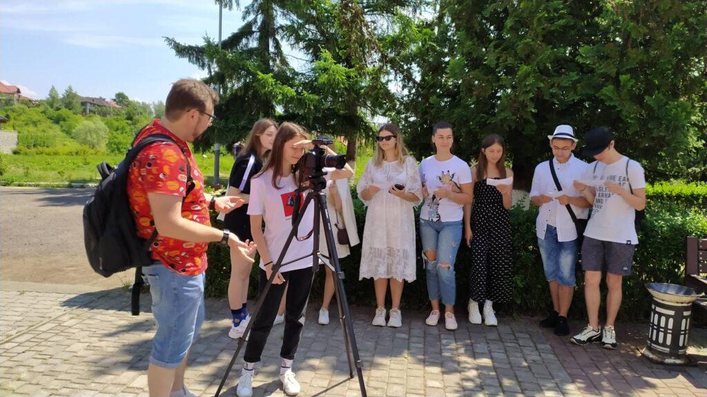 Віталій Завадяк проводить майстер-клас для юних журналістів