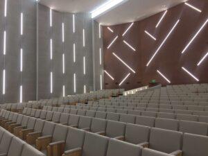 Сучасна, функціональна, стильна: як в УжНУ оновили велику залу Вченої ради