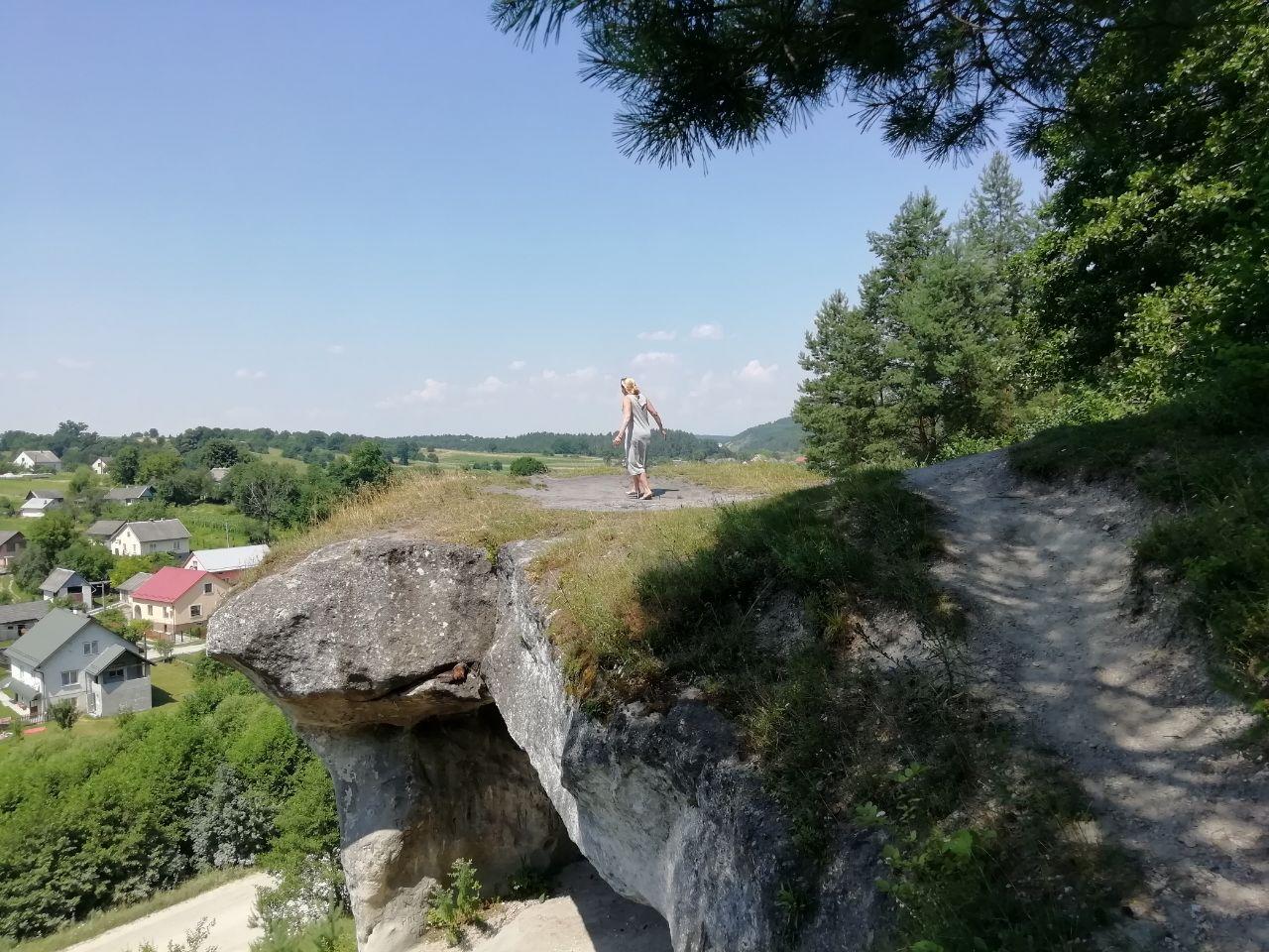 На скелі
