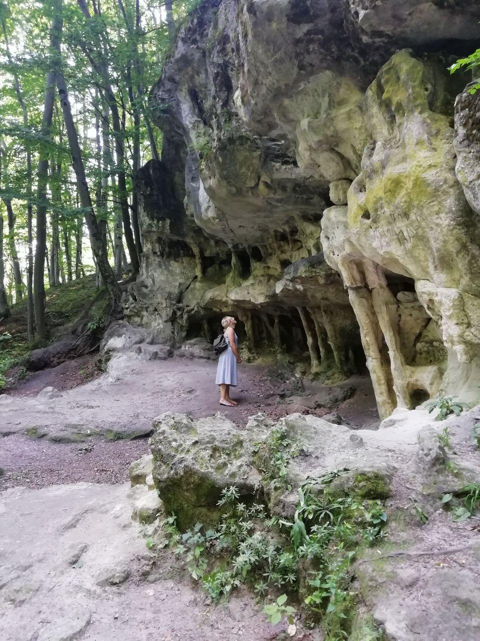 Під скелями